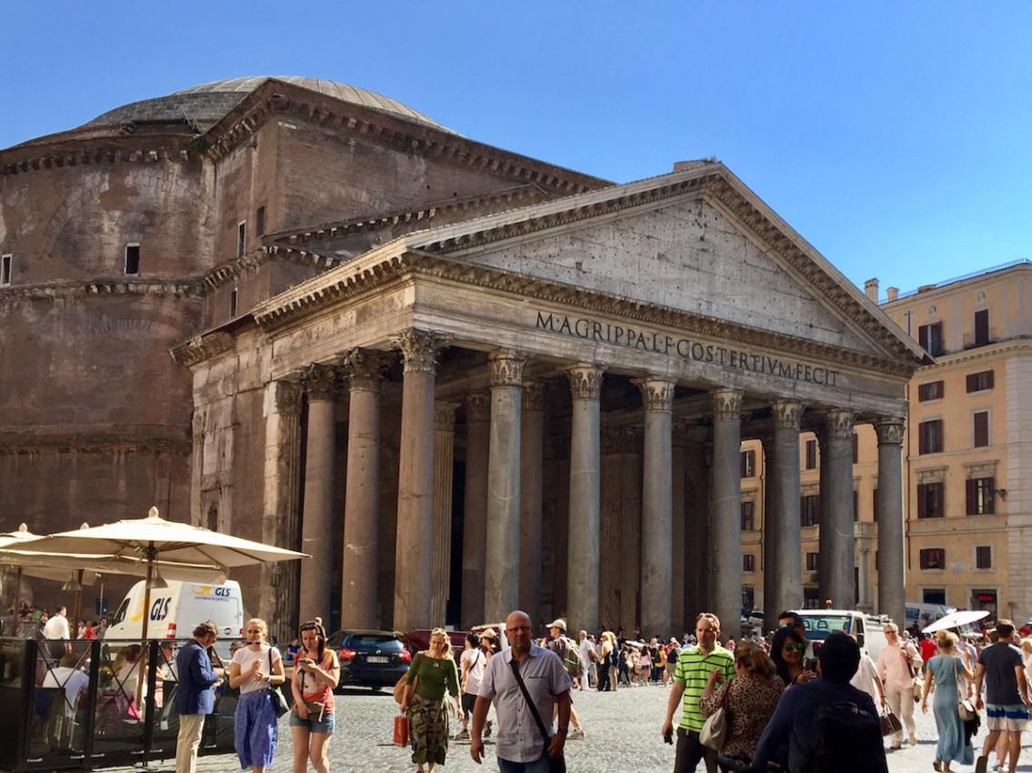 Il Pantheon da un angolo di Roma